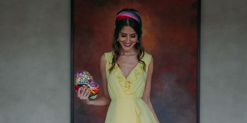 ook-invitada-vestido-satén-amarillo