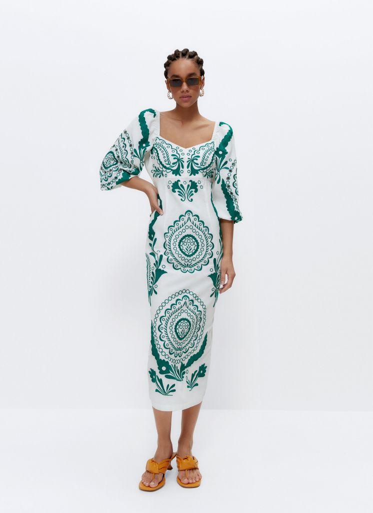 look-invitada-vestido-bordados-verdes