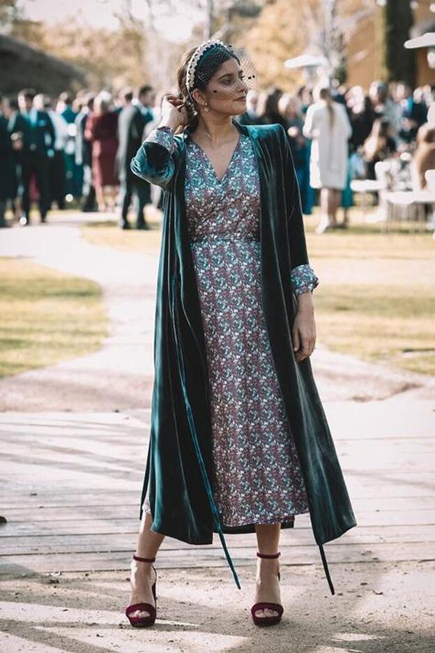 look-invitada-vestido-abrigo-terciopelo